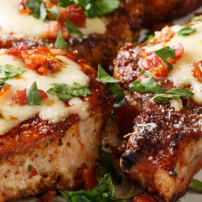 Fűszeres sertésszelet sajttal és baconnel pirosra sütve: kiadós és nagyon finom