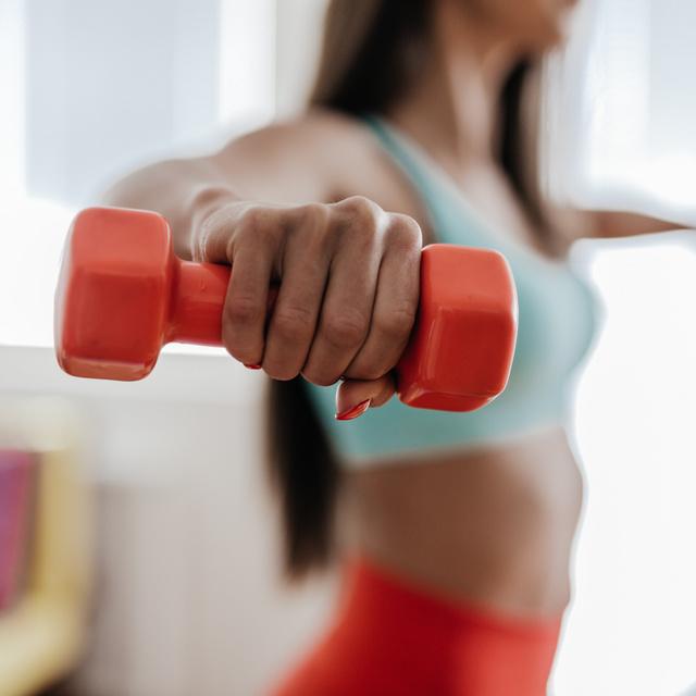 Villámgyorsan lefaragja a zsírt, és építi az izmokat: 5 súlyzós gyakorlat otthonra