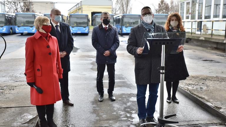 Megint buszokon veszekszik a kormány és a főváros
