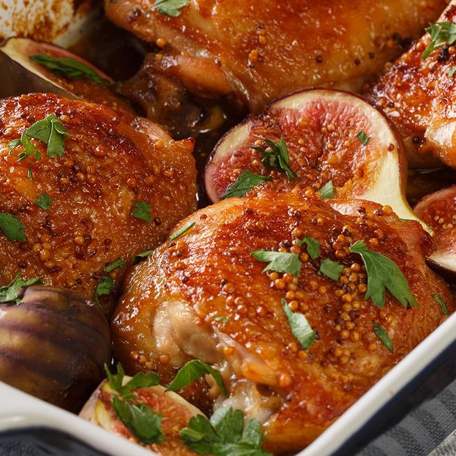Mézes pácban pirult csirkecomb fügével sütve: a hús puha és szaftos lesz