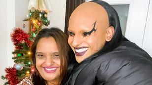 Semmi, csak egy divattervező ölelkezik az anyukájával a karácsonyfa alatt