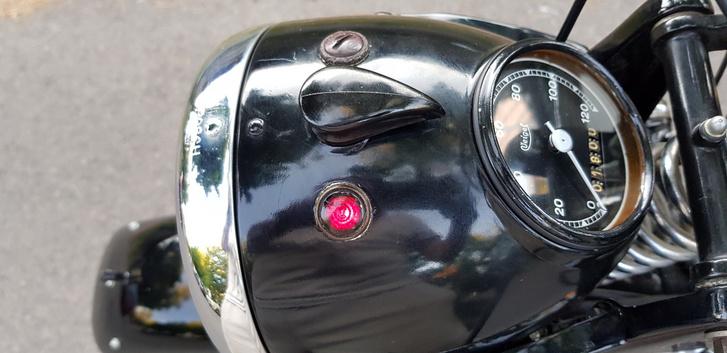 Gyújtásvisszajelző ég - ugye megvan, hogy ez nem lehet LED? Nem volt még févezető-technika 1938-ban...