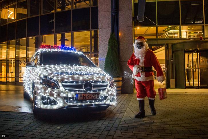 A Mikulás és a Budapesti Rendőr-főkapitányság karácsonyi díszkivilágítású, kiállított rendőrautója a székház előtt 2020. december 4-én.