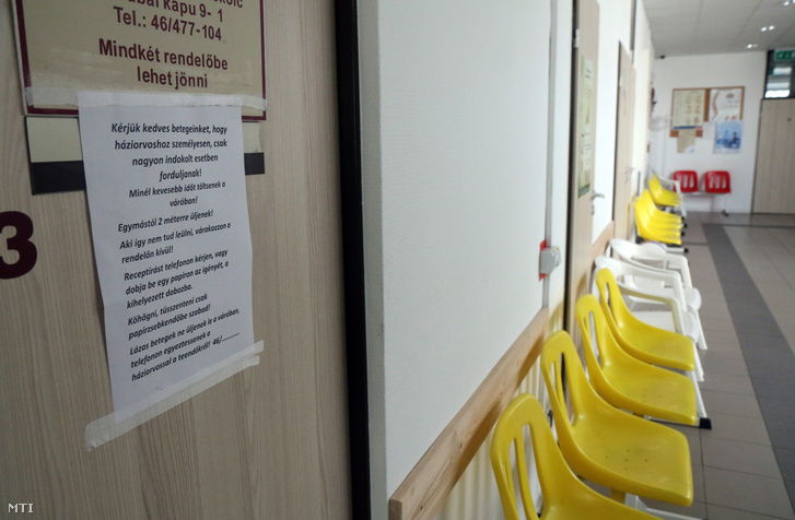 A koronavírus-járvány miatt üres váró és kiragasztott hirdetmény egy miskolci rendelőben