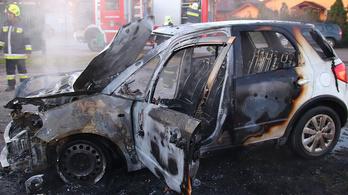 Lángolt egy autó Lakitelken