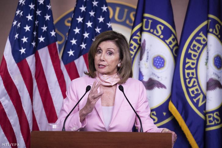 Nancy Pelosi, az amerikai képviselőház demokrata párti elnöke sajtóértekezletet tart a törvényhozás washingtoni épületében, a Capitoliumban 2020. június 18-án. Pelosi üdvözölte, hogy az amerikai legfelsőbb bíróság megakadályozta, hogy Donald Trump amerikai elnök kormányzata megszüntesse az illegális bevándorló fiatalokat védő DACA programot.