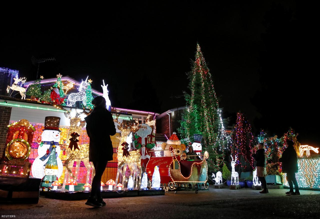 Angliában a házak karácsonyi fényvetélkedésének vannak igazi nagymesterei. A fénydekoráció számos járókelőt vonz, annál is inkább, mert a séta a  járvány egyik legkedveltebb szabadidős tevékenységévé vált.