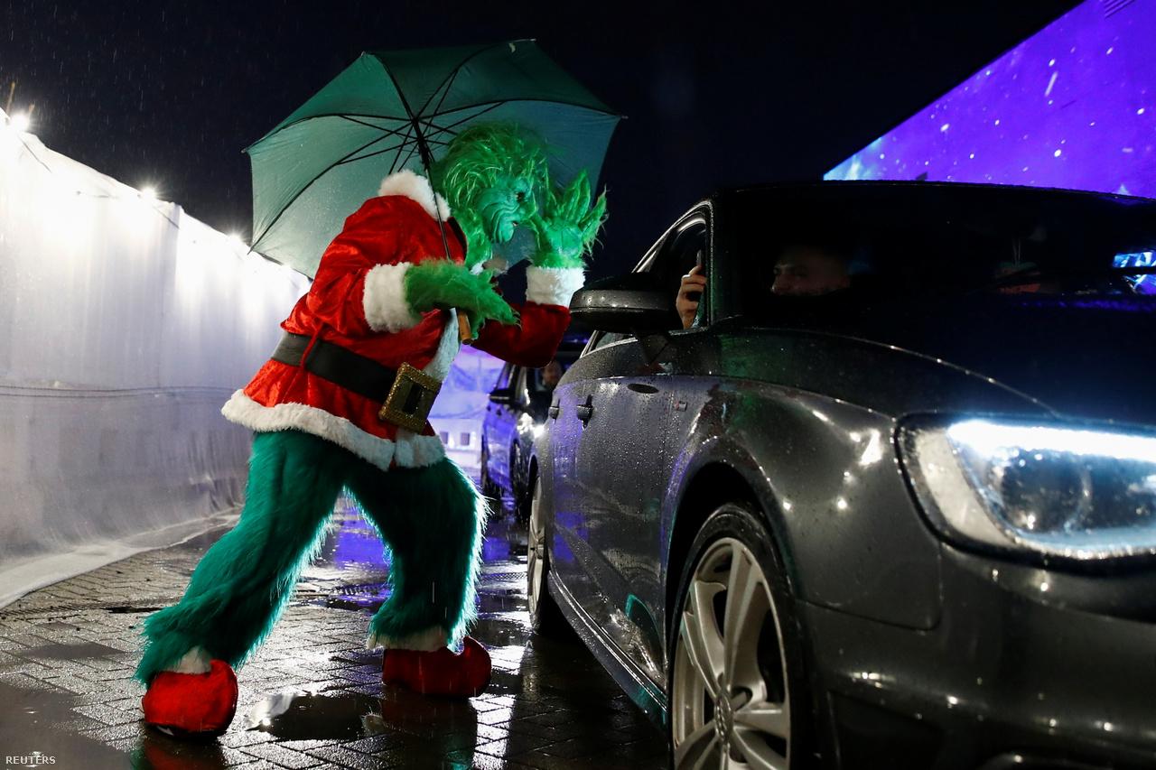 A moziélmény sem az igazi, vagyis inkább csak azoknak az, akik szeretik az autósmozi műfajt. A filmvetítésre érkezőket 2020 decemberében egy Grincsnek öltözött egyén üdvözli.