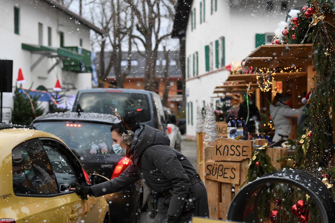 München hangulatos karácsonyi vásárai mellőzik idén a meghitt, egymásba kapaszkodós, forralt boros ácsorgásokat. Az eladó itt épp egy vevő kiszolgálásához lát hozzá.