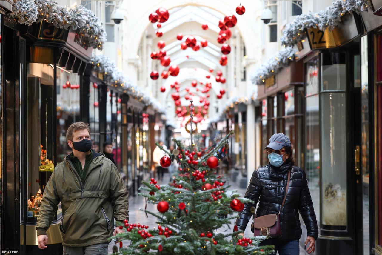 Koronavírus-járvány ide vagy oda, a londoni Burlington Árkád karácsonyi cicomája kisebb számban ugyan, de idén is vonzza a látogatókat.