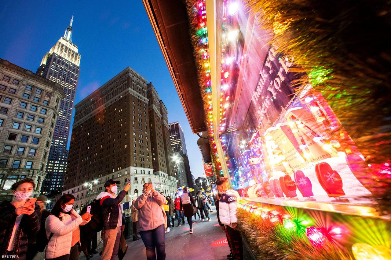 Fotózkodás a New York-i Macy's áruház karácsonyi kirakata előtt. A maszkviselés a későbbiekben is jól felismerhetővé teszi, hogy a kép készültekor bizony 2020-at írtunk.