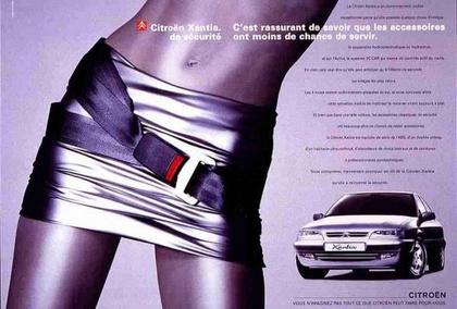 A biztonsági öv furcsa felhasználási módját láthatjuk a Citroën Xantia hirdetésében