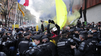 Több mint ötvenezren tüntettek Franciaországban a társadalmi és szabadságjogok korlátozása ellen