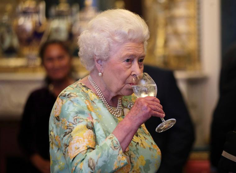 A királynő legapróbb fejbiccentése is megfelel a protokollszabályoknak, az írott és íratlan udvari szokásoknak