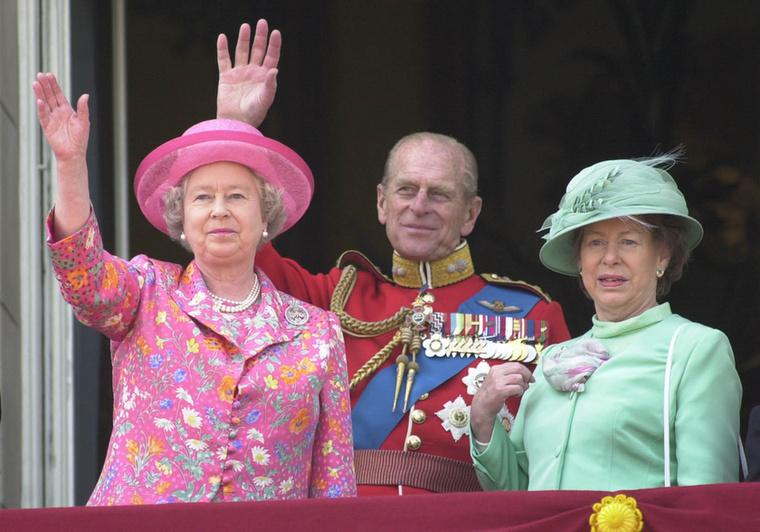 Hogy Erzsébet a szíve mélyén mit gondol családtagjai botrányáról, nem tudni, még Diana halála után is csak napokkal később, a közhangulat és a kormány nyomására állt kamerák elé, hogy kifejezze ő és családja gyászát