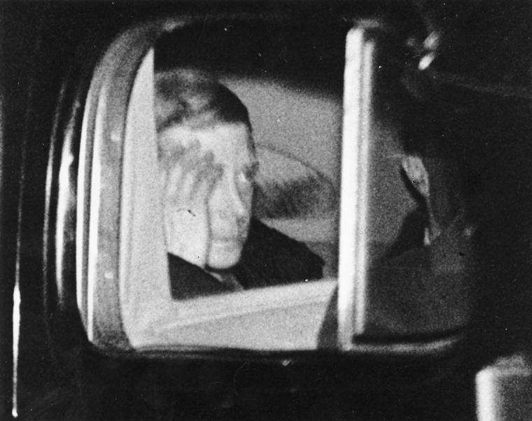 Ez a fotó azután készült, hogy a király a Windsor-kastélyban beszédet intézett a népéhez, melyben közölte, hogy szerelme miatt lemond a trónról