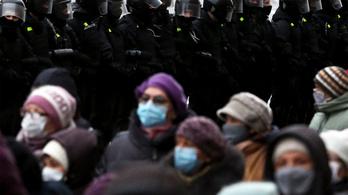 Katonai járművek cirkáltak Minszk utcáin, a rendőrök több mint 300 tüntetőt őrizetbe vettek
