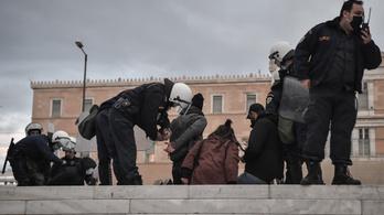 Több mint száz embert vettek őrizetbe Athénban, mert meg akartak emlékezni egy fiúról, akit egy rendőr ölt meg