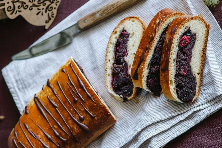 Foszlós meggyes-mákos kalács vastag töltelékkel: így lesz tökéletes a kelt tészta