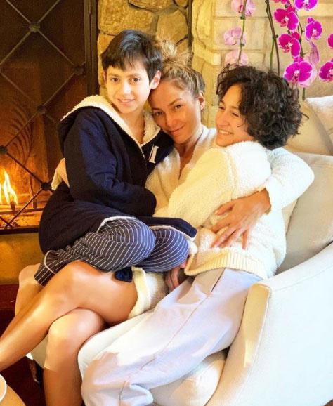 """""""Imádom, hogy még mindig a mama ölében szeretnének ülni"""" - írta ehhez az aranyos családi fotóhoz Jennifer Lopez."""