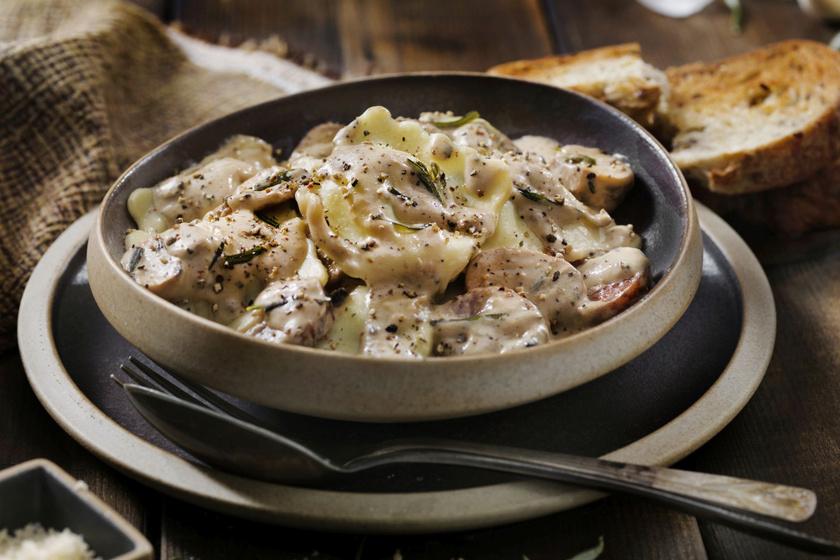 Házi ravioli kolbászos-gombás feltéttel: a tésztát is elkészítheted otthon