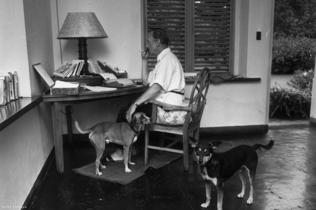 Ian Fleming a Goldeneye tanulmányozása közben jamaicai otthonában 1964. február 23-án