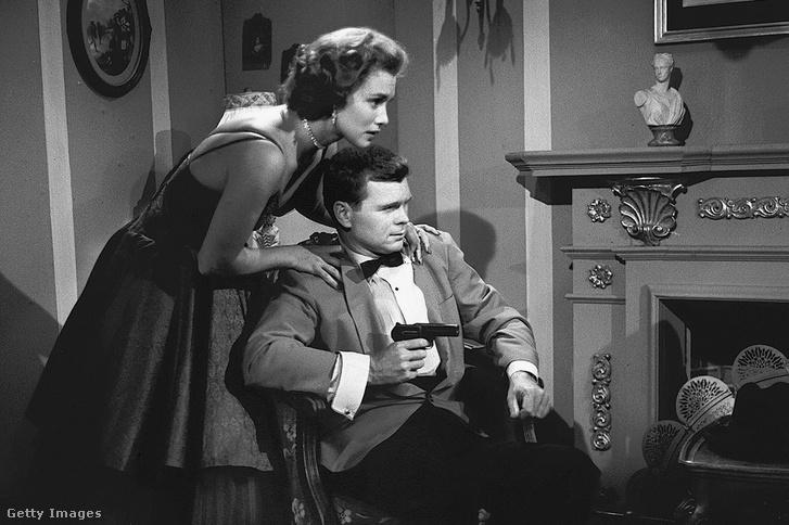 Barry Nelson, mint James Bond és Linda Christian az 1954-es Casino Royal televízió sorozat egyik jelenetében