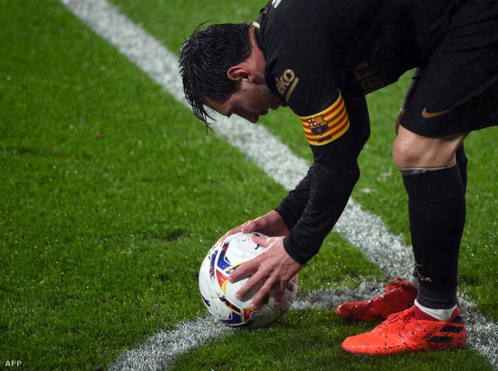 Lionel Messi teszi le a labdát a Celta de Vigo elleni október 1-i mérkőzésen