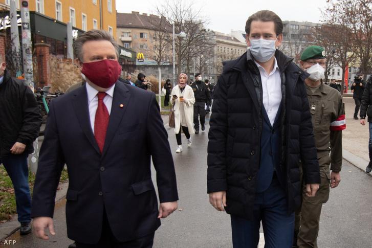 Sebastian Kurz (középen) és Bécs polgármestere Michael Ludwig (balra) érkeznek egy koronavírus-antigéntesztre 2020. december 7-én