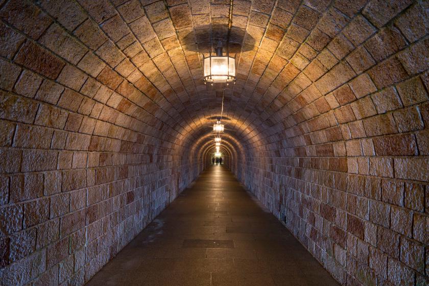 A lifthez vezető alagút.