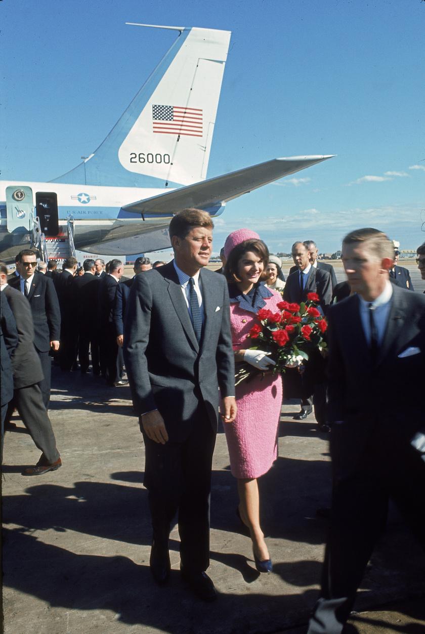 Jackie Kennedy mindig is kitűnt remek stílusérzékével, és ő volt az első first lady, aki gyakran viselte külföldi tervezők ruháit is. 1963-ban is egy rózsaszín Chanel kosztüm volt rajta, amikor Dallasban rálőttek a mellette ülő John F. Kennedyre. Jackie ezután sem volt hajlandó kimosni a vért a ruhából, ami még mindig megvan, és 2103-ban láthatja először a közönség.