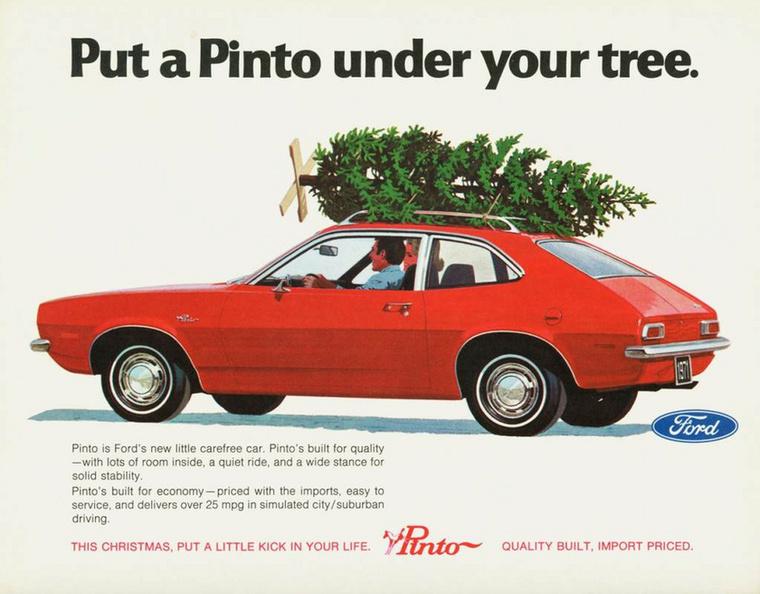Ford Pinto a fa alatt - vagy inkább fenyőfa a Pinto tetején? Hopp, már a talp is rajta van
