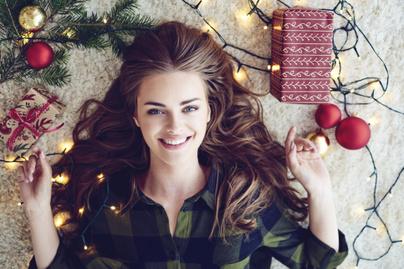 nő fekszik csomagolópapír karácsony