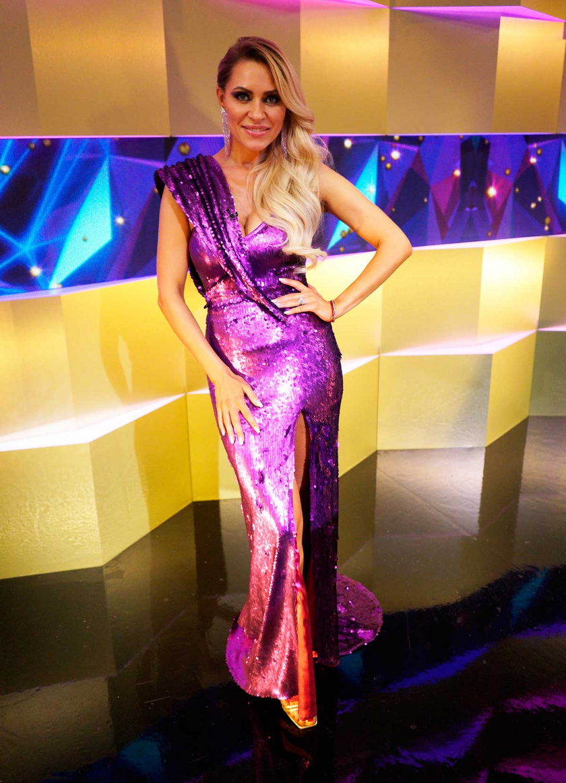 A döntőben viselt lila, flitteres estélyi ruhája kiemelte kifogástalan alakját és szexi dekoltázsát.