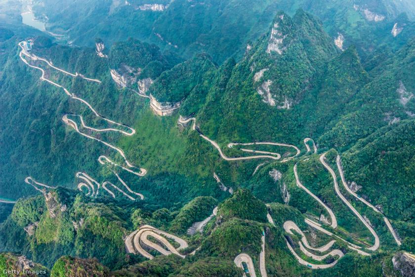 A Kínában épült Tongtian Avenue, magyarul Út a Mennybe hegyi út nem véletlenül kapta nevét, legmagasabb szakasza közel 1200 méteren kanyarog. A Tianmen-hegyen vezető szerpentinút 11 kilométeren vezet, és 99-szer kell hajtűkanyarokban manőverezni vezetés közben. Rossz időjárási körülmények között gyakorlatilag lehetetlenség végigmenni rajta.
