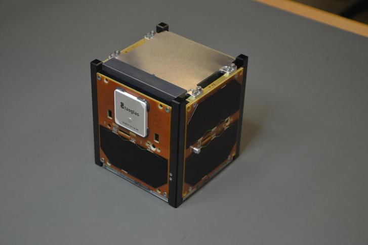 Az elkészült GRBAlpha kis műhold, tetején a gamma-detektorral
