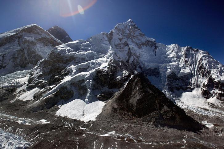 Légi felvétel az Everestről (középen hátul) és a Nuptse lejtőről (jobbra) 2003-ban