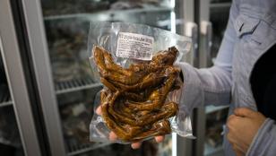 Pácolt állatvégtagok mennyországa és egyéb ínyencségek – a Dunapanda szupermarketben jártunk