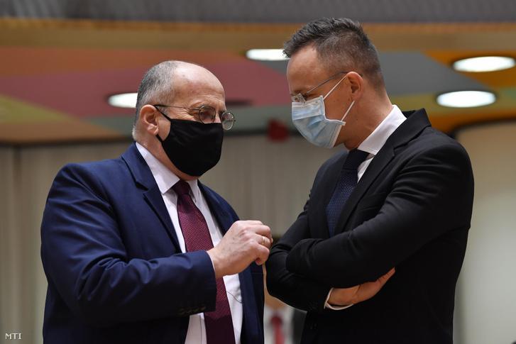 Szijjártó Péter külgazdasági és külügyminiszter (j) és Zbiegniew Rau lengyel külügyminiszter az uniós tagországok külügyminisztereinek tanácskozásán Brüsszelben 2020. december 7-én