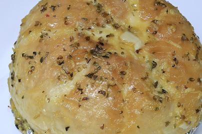 Sajttal és fokhagymával töltött zsemle sütőben sütve - Szikkadt péksütiből a legjobb