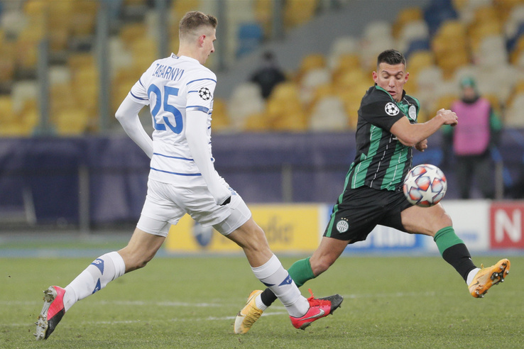 Myrto Uzuni a Ferencváros (j) és Ilja Zabarnyij  a Dinamo Kijev játékosa