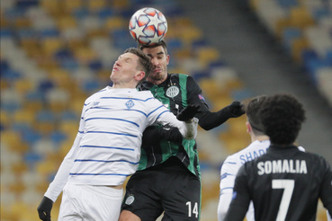 Ihor Haratin a Ferencváros (j) és Denisz Harmas a Dinamo Kijev játékosa