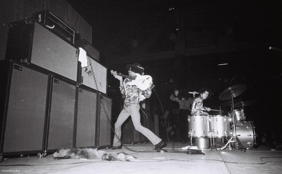 A Jimi Hendrix Experience koncertjei leginkább a hosszú jammelések és szólók miatt voltak különlegesek. Na meg azért, mert egy dalt sosem játszottak el ugyanúgy kétszer. Sokan kifogásolták viszont, hogy túl zajos, túl harsány, túl lázadó Hendrix zenéje. Tény, hogy annyira úttörő, a korhoz képest szokatlanul kemény volt néha, hogy vannak akik az első heavy metal zenekarként emlegetik az Exprerience-t.