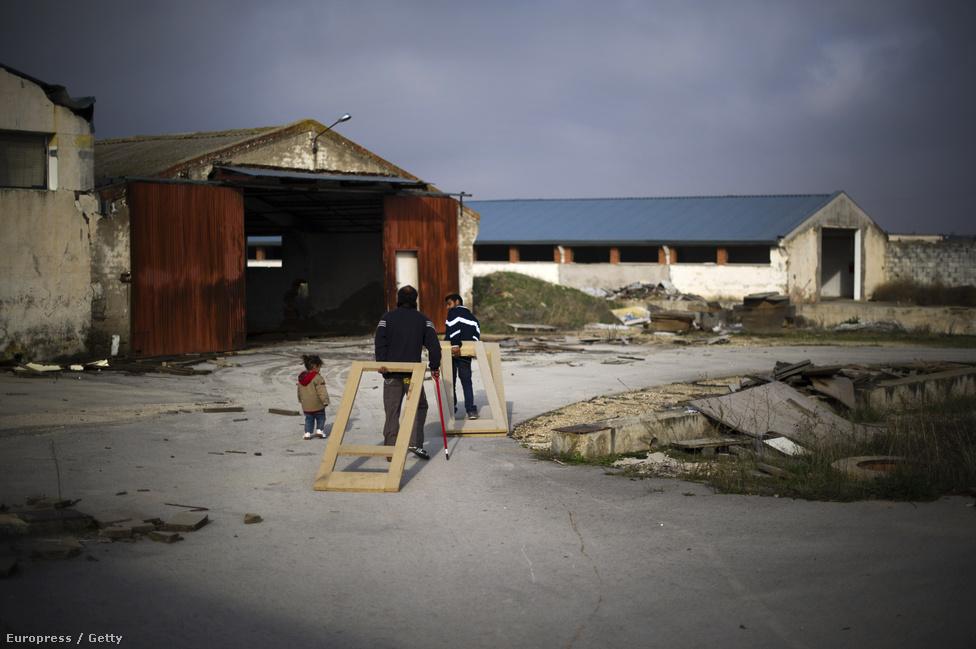 A gyárak berendezéseit az egykori dolgozók hordják szét, a megmaradt fával főznek és fűtenek a legszegényebb családok. Az országban 25 százalék fölött van a munkanélküliek aránya.