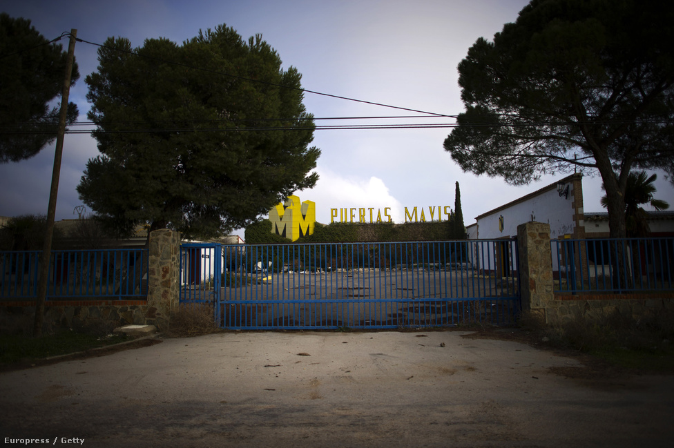 Az egykori ajtógyár telepe Villacanasban. A válság előtt Spanyolországban 800 000 új ház épült évente, amikhez milliószámra kellett ajtókat gyártani. Ebben az időben Villacanas lakossága a középosztály felső rétegébe tartozott, magas fizetésük és  biztos állásuk volt. Az ország gazdasága az idei harmadik negyedévben 1,6 százalékkal esett vissza.