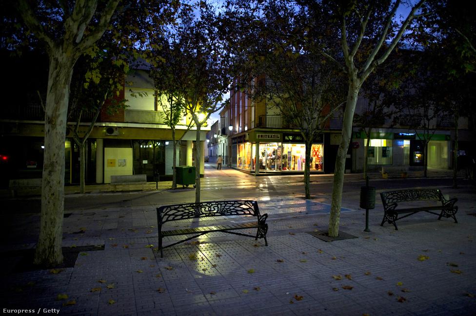 Villacanas egyik főtere éjszaka, nyoma sincs a pezsgő mediterrán életnek. A lakosság nem fizetett hitelei meghaladják a százmilliárd eurót.