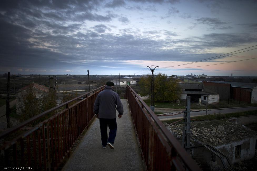 Vasúti sín a még mindig tízezer fős Villacanas város felett. A spanyol gazdaság 2002-2006 között évi 3-4 százalékos növekedésben volt, 2009-ben 4 százalékos visszaesést szenvedett el, de mínuszban volt tavalyelőtt és abban zár idén is.