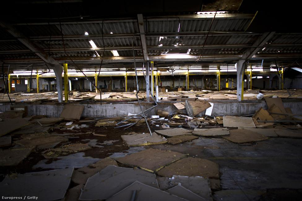 Az egykor virágzó gyárak helyén már csak romok vannak. Sok félkész épületet olyanok szálltak meg a melegebb nyári hónapokban, akik lakásuk bérleti díját vagy hitelük törlesztőjét már nem tudták fizetni.