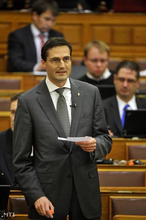 Gyöngyösi Márton a Jobbik frakcióvezető-helyettese felszólal az Országgyűlés plenáris ülésén 2012. november 26-án.