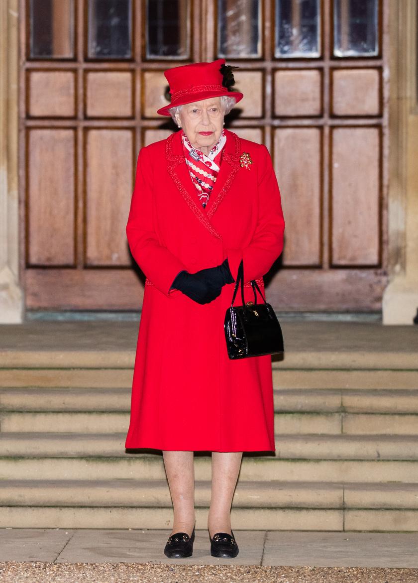 Erzsébet királynő nagyon elegánsan kiöltözött, Angela Kelly tervezte a ruháját.